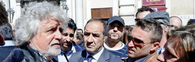 Beppe Grillo con simpatizzanti M5S
