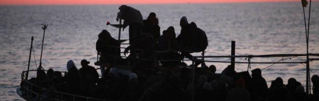 Roccella Jonica, sbarco di 160 migranti: c'è una bimba nata durante la traversata