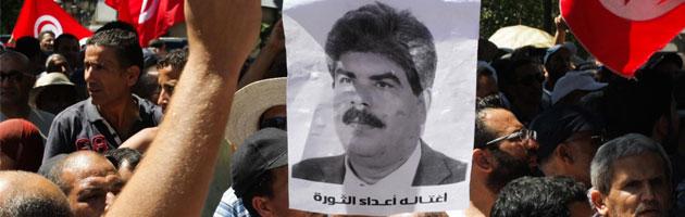 Tunisia, migliaia di persone ai funerali di Brahmi. Tensioni nel Paese