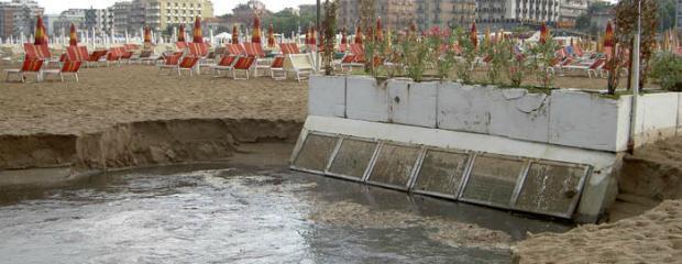 """Rimini, fogne in mare. Il comune prova a salvare la balneazione: """"Chiuse per il 2020"""""""