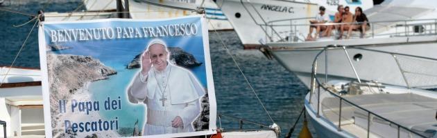 Papa Francesco a Lampedusa: corona di fiori in mare e incontro con i migranti