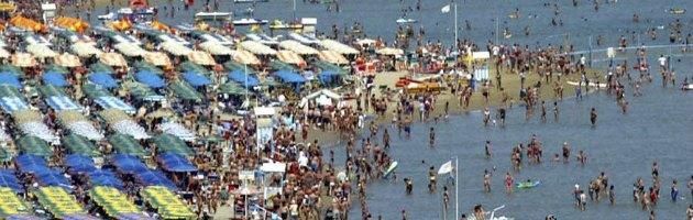 Riviera romagnola 2013, lettini e ombrelloni in condivisione contro la crisi
