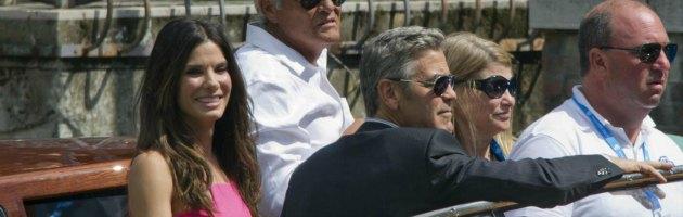 Sandra Bullock e George Clooney arrivano alla darsena del Lido di Venezia
