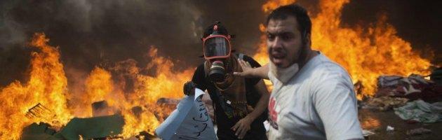 """Egitto, governo: """"638 morti in scontri"""". Polizia autorizzata a sparare"""