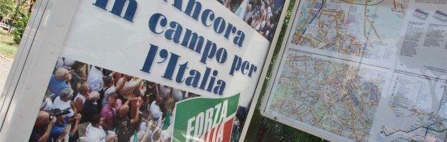 """Berlusconi, blitz di Ferragosto. Aerei con striscioni """"Forza Silvio"""" lungo le spiagge"""