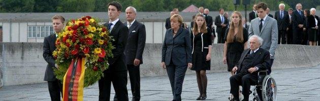 Elezioni Germania, la Merkel visita Dachau tra commozione e polemiche