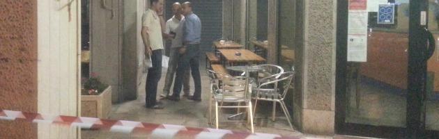 Piacenza, uomo ucciso in un bar da un commando di killer professionisti
