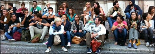 Parma, residenti contro multe antibivacco. Flashmob con patatine al Battistero