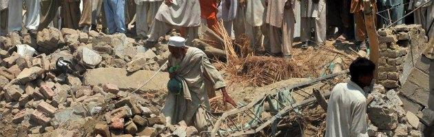 """Terremoto Pakistan, magnitudo 7.7 e oltre 300 morti. """"Centinaia di case crollate"""""""