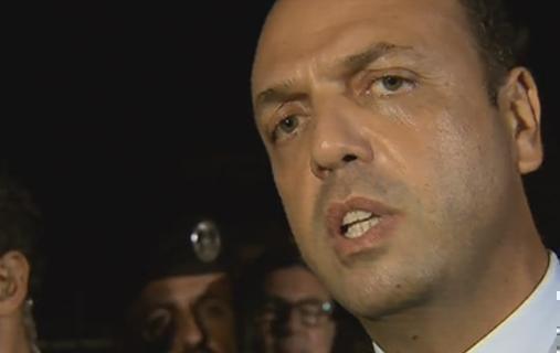 """Servizio Pubblico, Alfano su Lampedusa: """"Eliminare la Bossi-Fini non serve"""""""