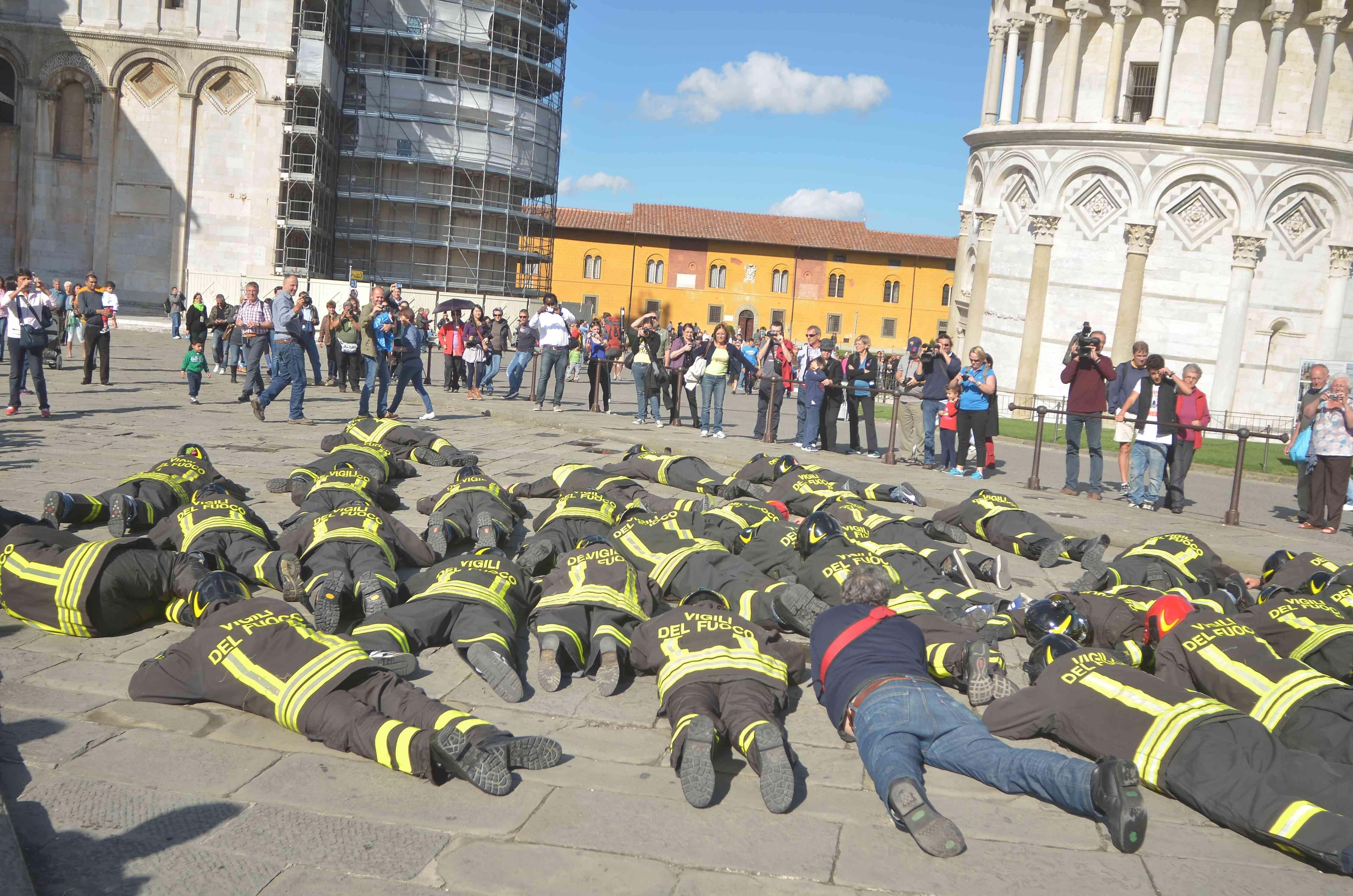 """Torre Di Pisa, Flash Mob Dei Vigili Del Fuoco: """"No Ai"""