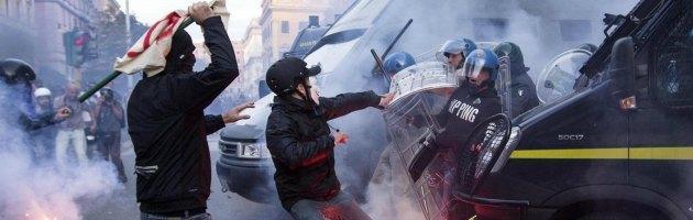 Manifestazione Roma: cronaca ora per ora. Bombe carta contro i ministeri