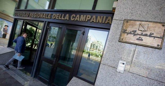"""Regione Campania, stop a stipendi di dipendenti e consiglieri. """"Manca liquidità"""""""