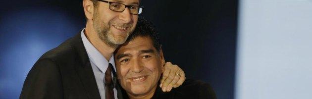 """Maradona in tv: """"Mai evaso il fisco"""". E fa il gesto dell'ombrello a Equitalia"""