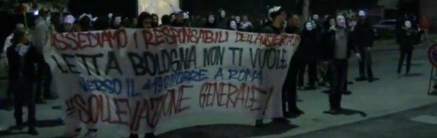 Bologna, centri sociali contestano il premier Letta. Tafferugli con la polizia