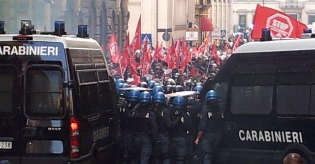 Movimenti casa, scontri a Montecitorio: assalto a blindati e lacrimogeni