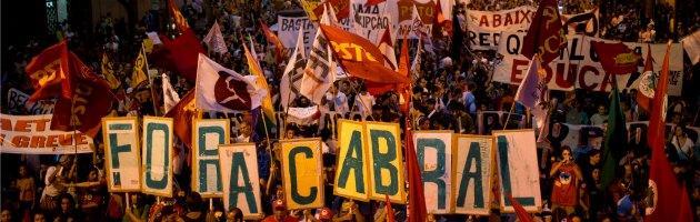 Rio de Janeiro, i manifestanti adottano i black bloc per difendersi dalla polizia