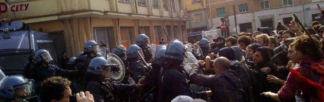 """Ancona, corteo anti-Letta: scontri con forze dell'ordine. """"Tre manifestanti feriti"""""""