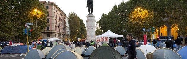 """Roma, manifestanti isolano i violenti: sfila il corteo del """"piano terra della società"""""""