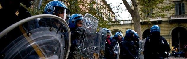 Torino, corteo antirazzista contesta la Lega Nord: tensione e scontri con la polizia