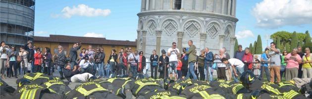 """Torre di Pisa, flash mob dei vigili del fuoco: """"No ai tagli"""". I turisti protestano con loro"""