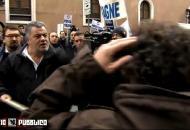 Berlusconi, aggredita la troupe di Servizio Pubblico sotto Palazzo Grazioli