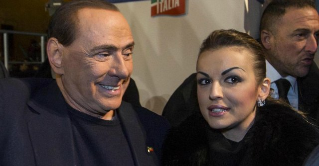 """Berlusconi, Francesca Pascale si appella al Papa: """"Mi riceva e ascolti la storia di Silvio"""""""