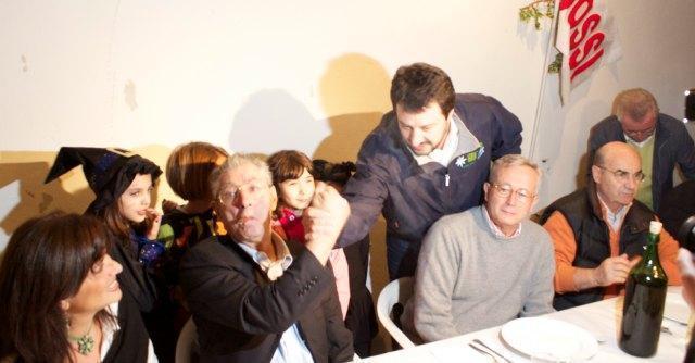 """Piacenza, la fredda stretta di mano tra Salvini e Bossi: """"Ma il partito è unito"""""""