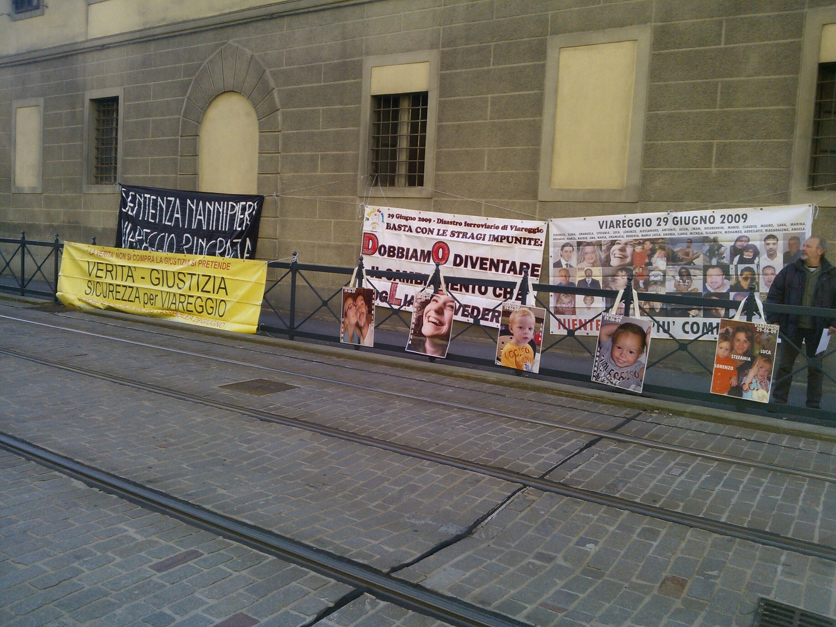 Un presidio durante un convegno sulla sicurezza delle ferrovie a Firenze: lo hanno organizzato i familiari delle 32 vittime della strage di Viareggio