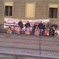 Le associazioni durante il presidio di Firenze hanno esposto le foto di coloro che sono morti nel disastro di Viareggio del 2009