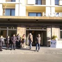 Alcuni familiari delle vittime della strage di Viareggio e lavoratori ferroviari fuori dal convegno sulla sicurezza dei trasporti su rotaia a Firenze