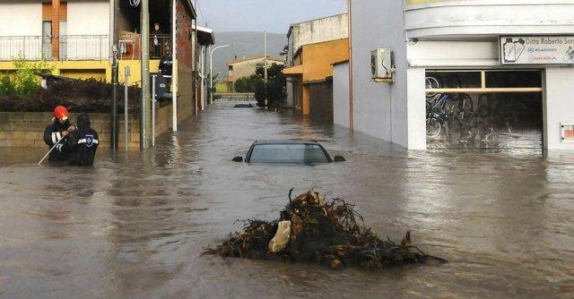 """Alluvione in Sardegna, il vescovo ai funerali: """"Mano dell'uomo non estranea"""""""
