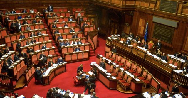 Riforme istituzionali bozza del governo 680 parlamentari for Camera e senato differenze