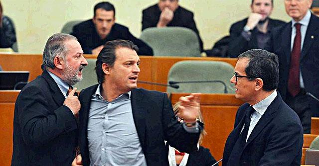 Rimborsi facili in Piemonte, la seduta del consiglio regionale diventa una zuffa