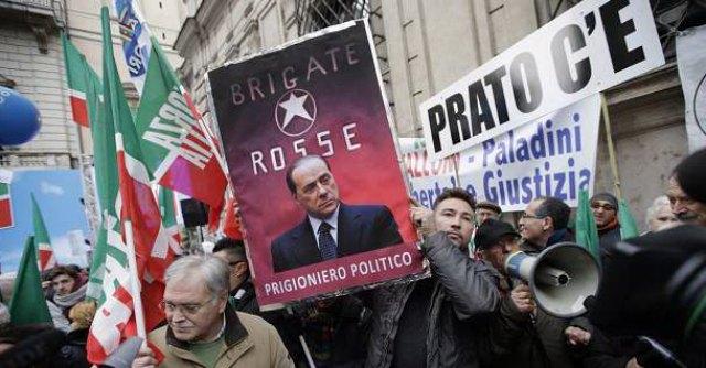 """Decadenza, Berlusconi: """"Democrazia in lutto, sinistra mi porta davanti al plotone"""""""