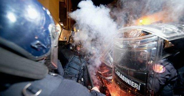 Tav, scontri nel centro di Roma. Assaltata sede Pd, cariche della polizia
