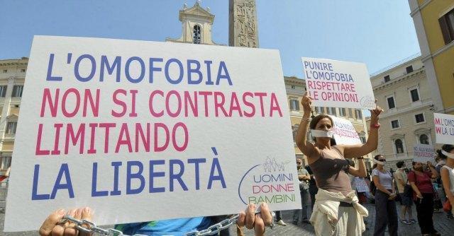 """Torino, scuola cattolica sospende corso per """"curare i gay"""". """"Leso diritto di opinione"""""""