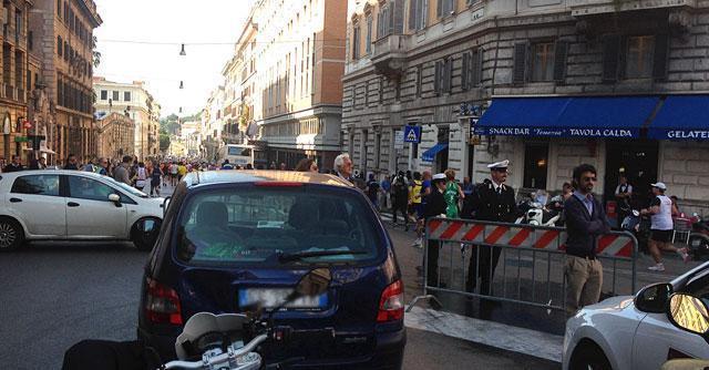 """La Corsa dei Santi blocca Roma. Cittadini in """"ostaggio"""" nel loro quartiere"""
