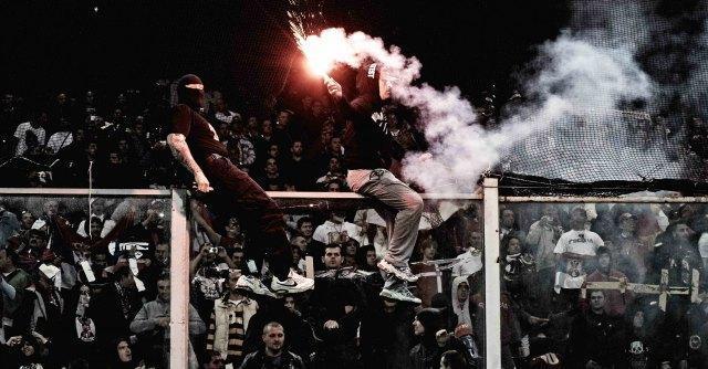 Calcio, quando i tifosi costringono l'arbitro a interrompere la partita