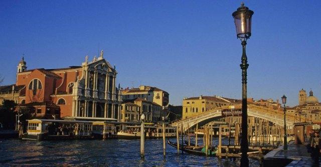 Venezia, il comune rifà i nizioleti ma scoppia la polemica sulla grafia