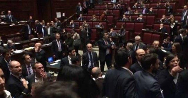 """Bagarre alla Camera, M5S occupa i banchi del Governo: """"Aggrediti dal Pd"""""""