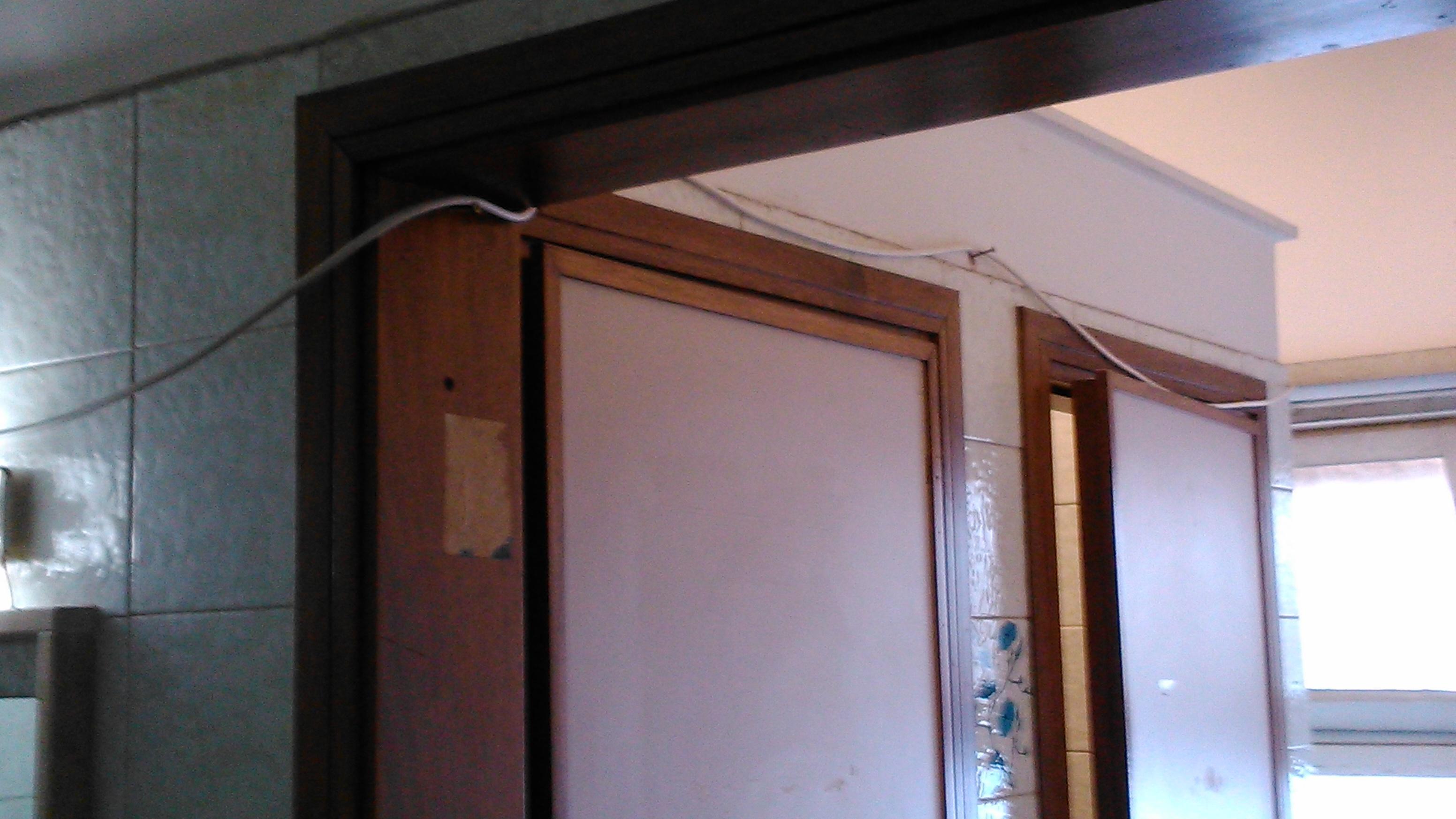 L'interno che dalle camere porta ai bagni, coi fili di corrente che penzonalano sui serramenti