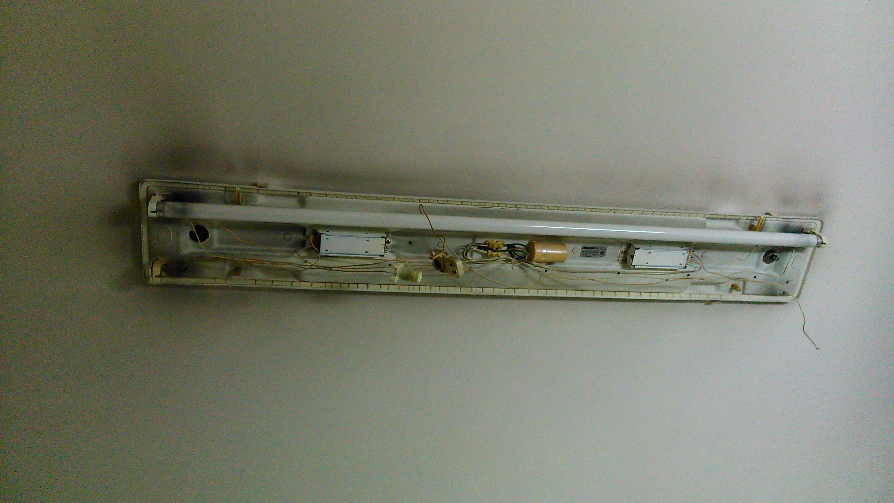 Le plafoniere dei neon sono rotte da anni.