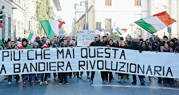"""Forconi ed ex operai Fiat """"sequestrano"""" il municipio per 48 ore: """"Dimettetevi tutti"""""""