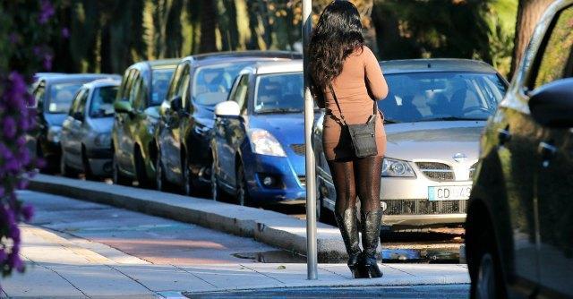 Francia, ok a legge contro prostituzione: multe a clienti e stage rieducativi