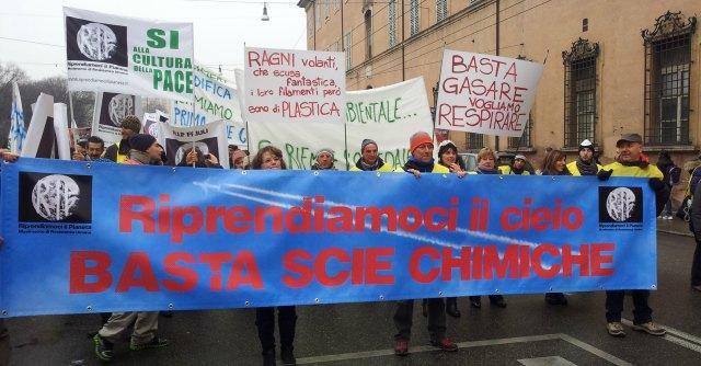 """'Basta scie chimiche', oltre 300 persone in corteo a Modena: """"Vogliamo spiegazioni"""""""