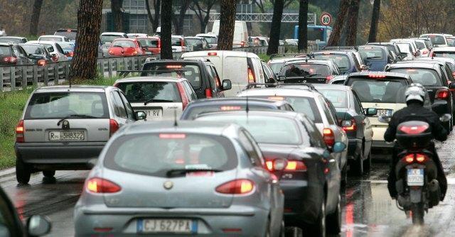 Tasse e caro benzina, l'auto diventa un bene di lusso e costa 3400 euro all'anno