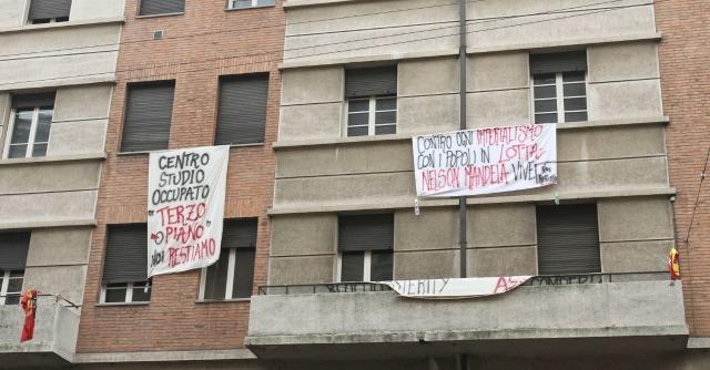 Bologna, sfrattati occupano ex uffici. Natale senza acqua né riscaldamento