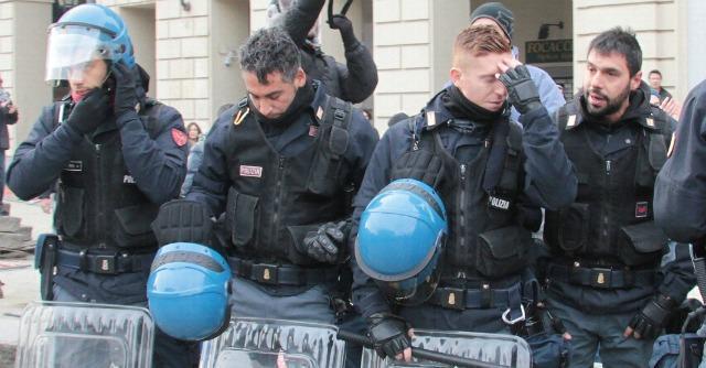 Protesta Forconi Torino- Poliziotti si tolgono il casco