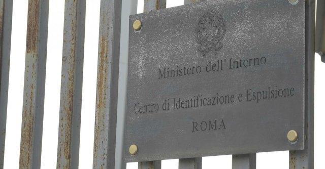 Roma, protesta nel centro di accoglienza. Dieci immigrati si cuciono la bocca